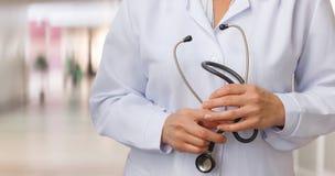 Γιατρός με το στηθοσκόπιο διαθέσιμο Στοκ εικόνες με δικαίωμα ελεύθερης χρήσης