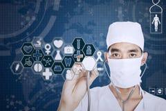 Γιατρός με το στηθοσκόπιο και την εικονική οθόνη Στοκ Φωτογραφίες
