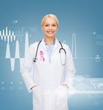 Γιατρός με το στηθοσκόπιο, κορδέλλα συνειδητοποίησης καρκίνου Στοκ Φωτογραφίες
