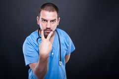 Γιατρός με το στηθοσκόπιο που κάνει να εξετάσει τη χειρονομία ματιών Στοκ Εικόνες