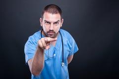 Γιατρός με το στηθοσκόπιο που κάνει την προσοχή σας χειρονομία Στοκ Φωτογραφία