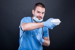 Γιατρός με το στηθοσκόπιο που παρουσιάζει χρόνο έξω με το καλαθάκι με φαγητό του Στοκ Εικόνες