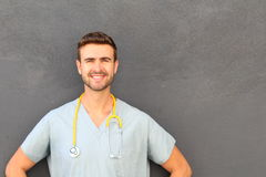Γιατρός με το στηθοσκόπιο που στέκεται με το διάστημα αντιγράφων Στοκ Φωτογραφία
