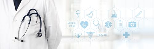 Γιατρός με το στηθοσκόπιο στην τσέπη και τα ιατρικά εικονίδια συμβόλων στο τ Στοκ Φωτογραφία