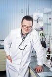 Γιατρός με το στηθοσκόπιο, τα γυαλιά και την τήβεννο Στοκ φωτογραφία με δικαίωμα ελεύθερης χρήσης
