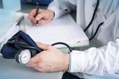 Γιατρός με το στηθοσκόπιο, τα γυαλιά και την τήβεννο Στοκ Φωτογραφία