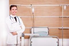 Γιατρός με το στηθοσκόπιο arround ο λαιμός του στην αποκατάσταση νοσοκομείων ro Στοκ Εικόνα