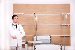 Γιατρός με το στηθοσκόπιο arround ο λαιμός του στην αποκατάσταση νοσοκομείων ro Στοκ εικόνες με δικαίωμα ελεύθερης χρήσης