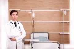 Γιατρός με το στηθοσκόπιο arround ο λαιμός του στην αποκατάσταση νοσοκομείων ro Στοκ Εικόνες