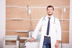 Γιατρός με το στηθοσκόπιο arround ο λαιμός του στην αποκατάσταση νοσοκομείων ro Στοκ φωτογραφία με δικαίωμα ελεύθερης χρήσης
