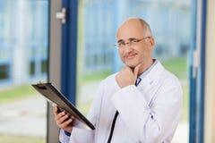 Γιατρός με το χέρι στο πηγούνι Στοκ εικόνες με δικαίωμα ελεύθερης χρήσης
