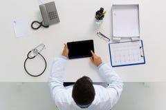 Γιατρός με το PC ταμπλετών και καρδιογράφημα στην κλινική Στοκ εικόνα με δικαίωμα ελεύθερης χρήσης