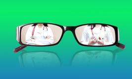 Γιατρός μικρογραφιών στα γυαλιά με την εικόνα καθρεφτών Στοκ Εικόνες