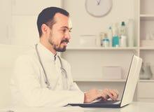 Γιατρός νεαρών άνδρων έτοιμος να λάβει τους πελάτες Στοκ φωτογραφίες με δικαίωμα ελεύθερης χρήσης