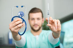 Γιατρός νεαρών άνδρων με το στηθοσκόπιο που προετοιμάζει την έγχυση Στοκ Φωτογραφίες