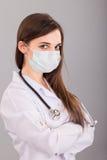 Γιατρός/νοσοκόμα που χαμογελά πίσω από τη μάσκα χειρούργων. Πορτρέτο κινηματογραφήσεων σε πρώτο πλάνο Στοκ Εικόνες