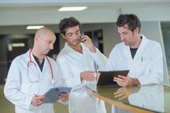Γιατρός ομάδας που κάνει το διορισμό στοκ εικόνα
