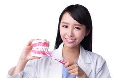Γιατρός οδοντιάτρων γυναικών χαμόγελου Στοκ εικόνα με δικαίωμα ελεύθερης χρήσης