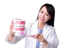 Γιατρός οδοντιάτρων γυναικών χαμόγελου Στοκ εικόνες με δικαίωμα ελεύθερης χρήσης