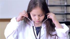 Γιατρός παιδιών που βάζει στο στηθοσκόπιο φιλμ μικρού μήκους