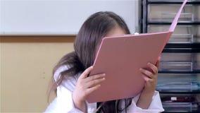 Γιατρός παιδιών που κοιτάζει μέσω του αρχείου απόθεμα βίντεο