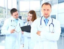 Γιατρός πορτρέτου που χαμογελά με τους συναδέλφους Στοκ φωτογραφία με δικαίωμα ελεύθερης χρήσης