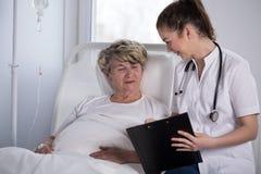 Γιατρός που λέει τις καλές ειδήσεις Στοκ Φωτογραφία