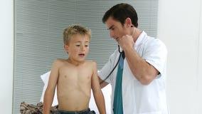 Γιατρός που ένα παιδί με το στηθοσκόπιο φιλμ μικρού μήκους