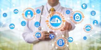 Γιατρός που έχει πρόσβαση στα στοιχεία μέσω των εμπορευματοκιβωτίων App σύννεφων Στοκ φωτογραφία με δικαίωμα ελεύθερης χρήσης