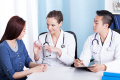 Γιατρός που δίνει τα φάρμακα στο μογγολικό ασθενή Στοκ Φωτογραφίες