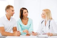 Γιατρός που δίνει τα χάπια στους ασθενείς Στοκ φωτογραφία με δικαίωμα ελεύθερης χρήσης