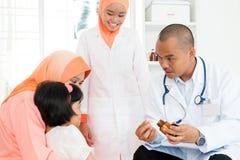Γιατρός που δίνει την ιατρική στα παιδιά στοκ εικόνα με δικαίωμα ελεύθερης χρήσης