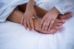 Γιατρός που δίνει τη θεραπεία ποδιών στον ασθενή στοκ φωτογραφία με δικαίωμα ελεύθερης χρήσης