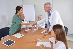 Γιατρός που δίνει τη χειραψία στο νέο μέλος ομάδας Στοκ εικόνες με δικαίωμα ελεύθερης χρήσης