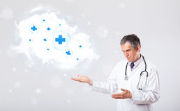 Γιατρός που ακούει για να αφαιρέσει το σύννεφο με τα ιατρικά σημάδια Στοκ Εικόνες