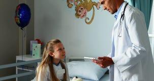 Γιατρός που αλληλεπιδρά με ένα άρρωστο κορίτσι απόθεμα βίντεο