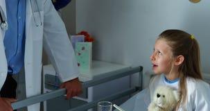 Γιατρός που αλληλεπιδρά με ένα άρρωστο κορίτσι φιλμ μικρού μήκους