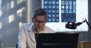 Γιατρός που αναλύει την ακτίνα X φιλμ μικρού μήκους