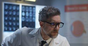 Γιατρός που αναλύει το μάτι στην ακτίνα X φιλμ μικρού μήκους