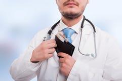 Γιατρός που βάζει τα χρήματα στην τσέπη του Στοκ φωτογραφίες με δικαίωμα ελεύθερης χρήσης