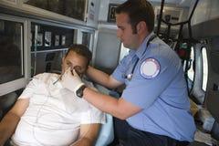 Γιατρός που βοηθά το άτομο με τη μάσκα οξυγόνου Στοκ Εικόνα