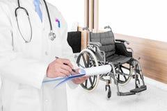Γιατρός που γράφει μια ιατρική συνταγή με το ιατρικό υπόβαθρο στοκ εικόνα με δικαίωμα ελεύθερης χρήσης