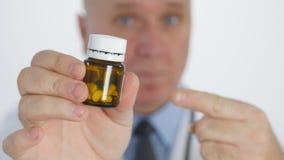 Γιατρός που δείχνει με το δάχτυλο που παρουσιάζει φάρμακα που συστήνουν την επεξεργασία χαπιών απόθεμα βίντεο