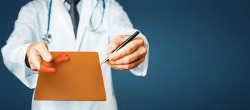 Γιατρός που δείχνει τη συνταγή σας σε μια ψηφιακή οθόνη ταμπλετών στο μπλε υπόβαθρο Στοκ εικόνες με δικαίωμα ελεύθερης χρήσης
