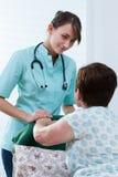 Γιατρός που είναι στην εγχώρια επίσκεψη Στοκ φωτογραφία με δικαίωμα ελεύθερης χρήσης