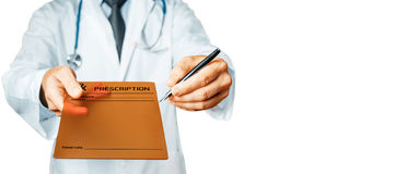 Γιατρός που δείχνει το κείμενο συνταγών σας σε μια ψηφιακή οθόνη ταμπλετών Στοκ φωτογραφία με δικαίωμα ελεύθερης χρήσης