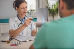 Γιατρός που ελέγχει την ακτίνα X αστραγάλων στοκ φωτογραφία με δικαίωμα ελεύθερης χρήσης