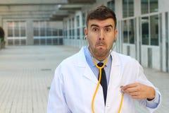 Γιατρός που ελέγχει τον κτύπο της καρδιάς του με τη δυσπιστία στοκ φωτογραφία