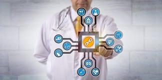 Γιατρός που ενεργοποιεί Blockchain App στον κυβερνοχώρο Στοκ Εικόνες