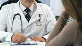 Γιατρός που ενημερώνει το θηλυκό ασθενή για τη αθεράπευτη ασθένεια, απόγνωση, κινηματογράφηση σε πρώτο πλάνο απόθεμα βίντεο
